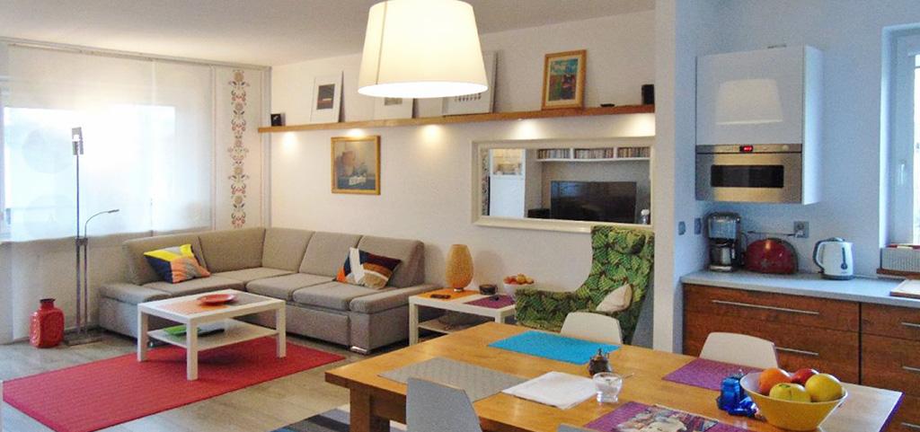 na zdjęciu salon nowoczesnego apartamentu na sprzedaż
