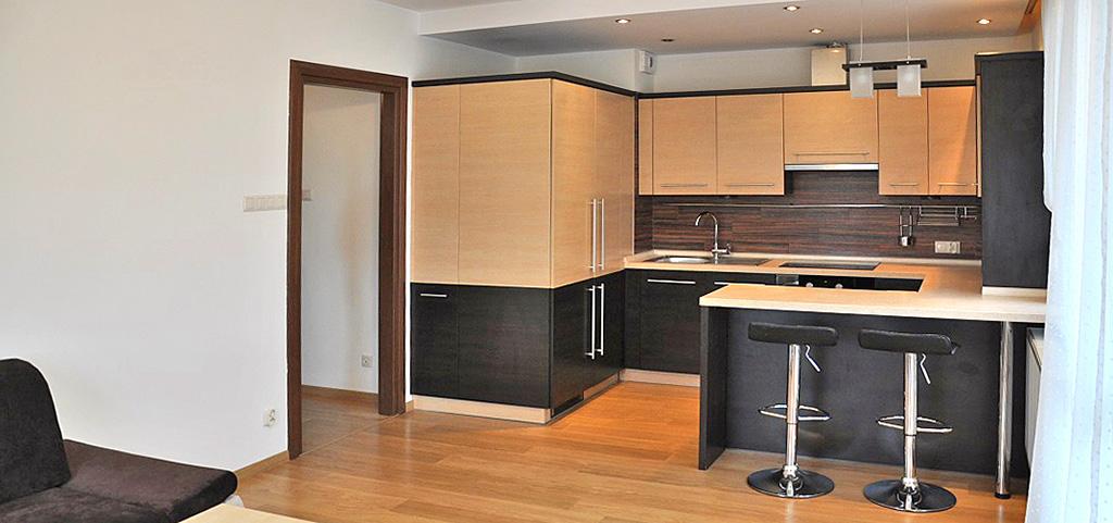 zdjęcie przedstawia umeblowany aneks kuchenny w apartamencie