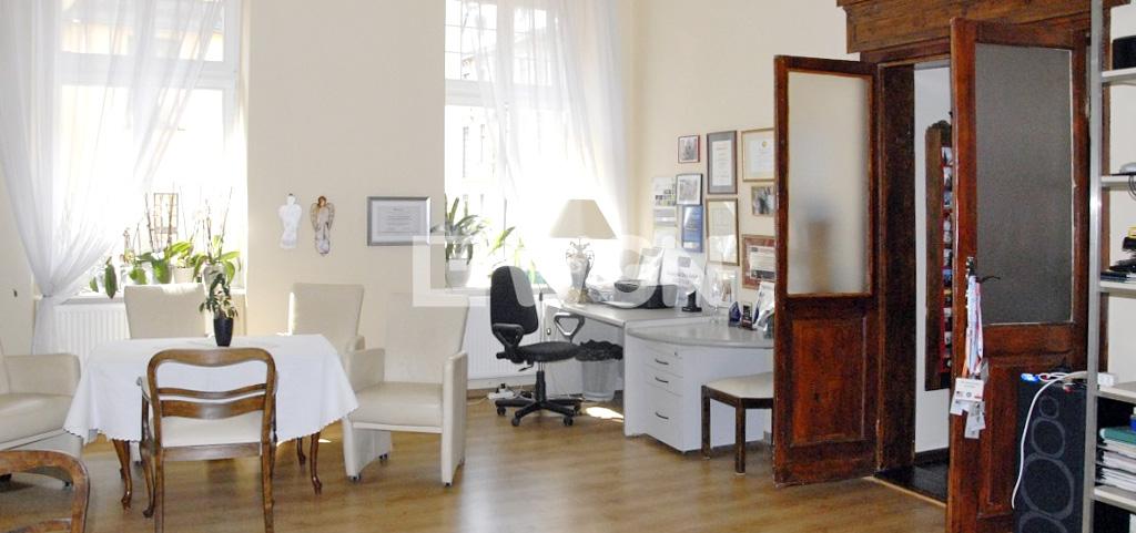 zdjęcie przedstawia salon umeblowany w stylu klasycznym