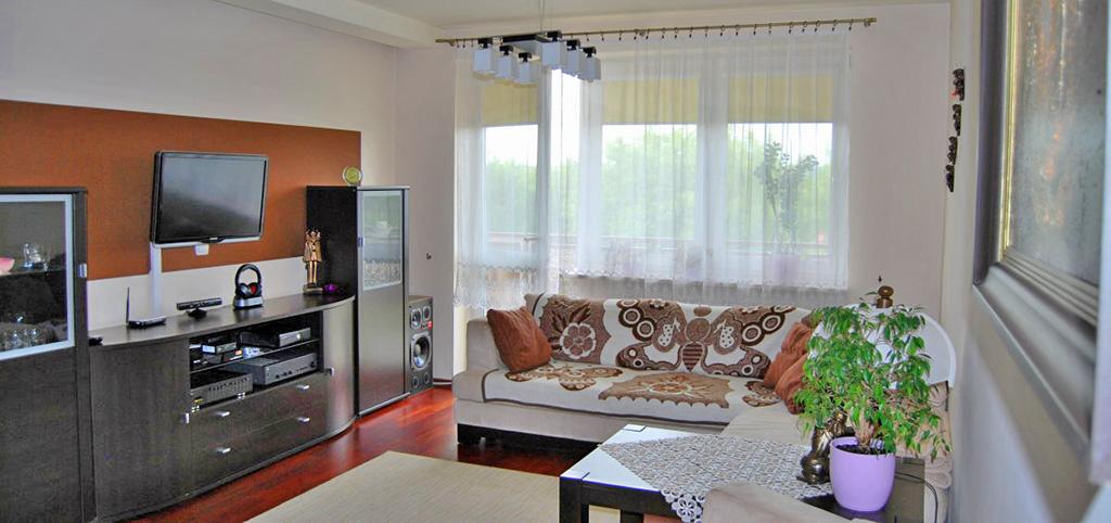 widok na umeblowany salon w apartamencie do sprzedaży w Lublinie