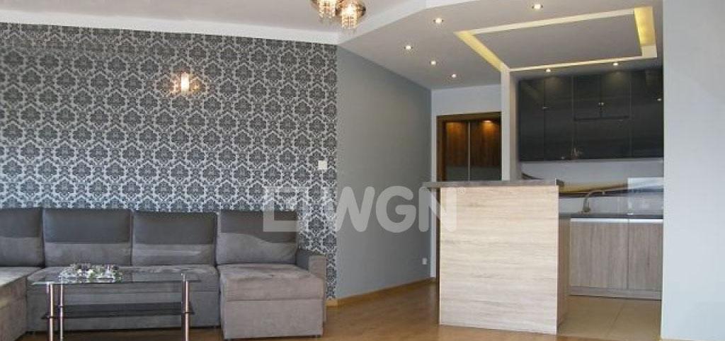 na zdjęciu luksusowy apartament na wynajem w Słupsku, widok na salon