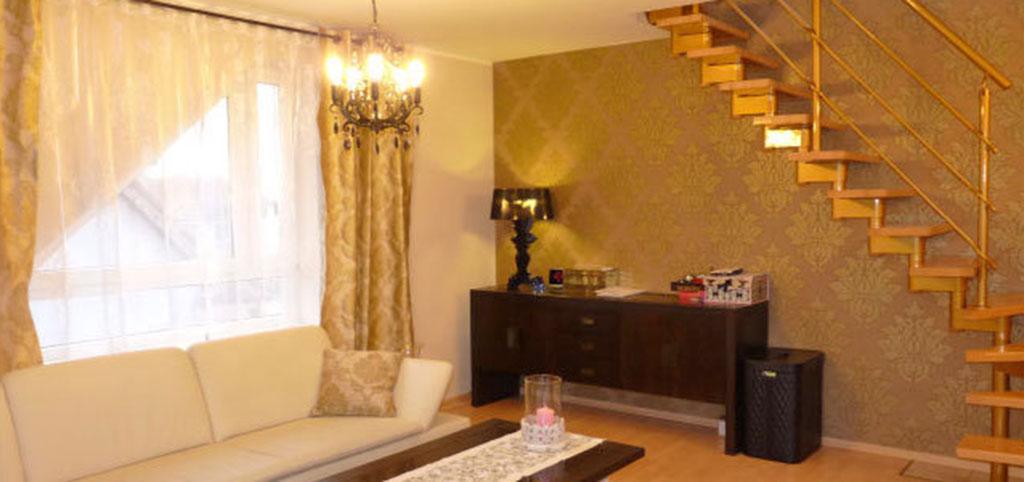 na zdjęciu nowoczesny salon w dwupoziomowym apartamencie na sprzedaż