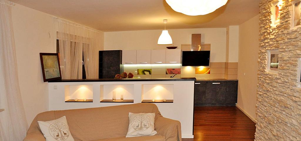 widok z salonu na aneks kuchenny w apartamencie na sprzedaż Toruń