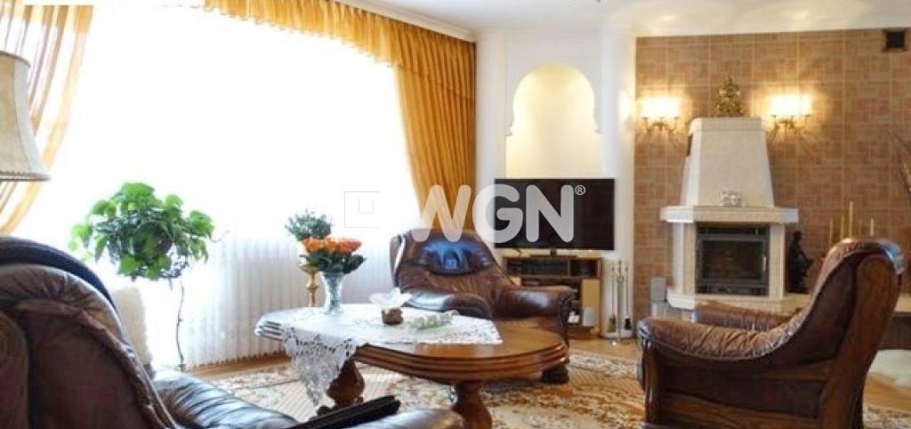 na zdjęciu apartament do sprzedaży nad morzem, widok na salon z kominikiem