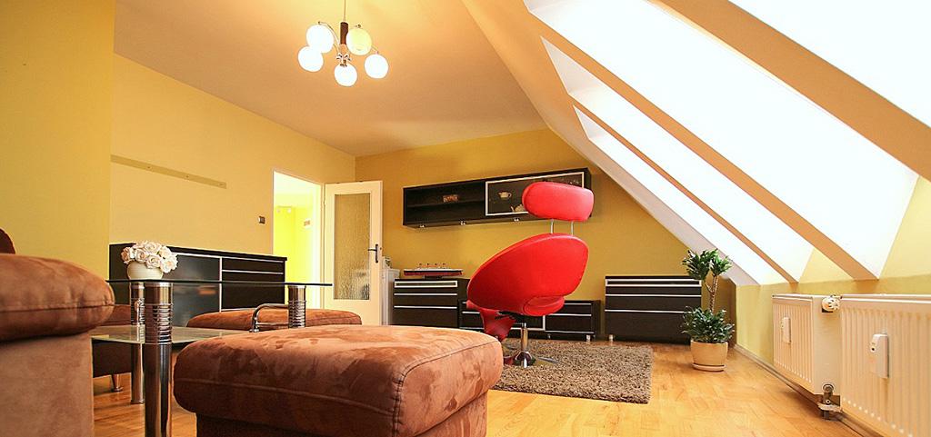 zdjęcie przedstawia luksusowy salon w apartamencie do sprzedaży