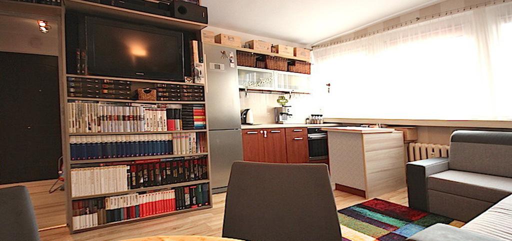 zdjęcie przedstawia apartament położony w centrum Szczecina do sprzedaży, widok na salon