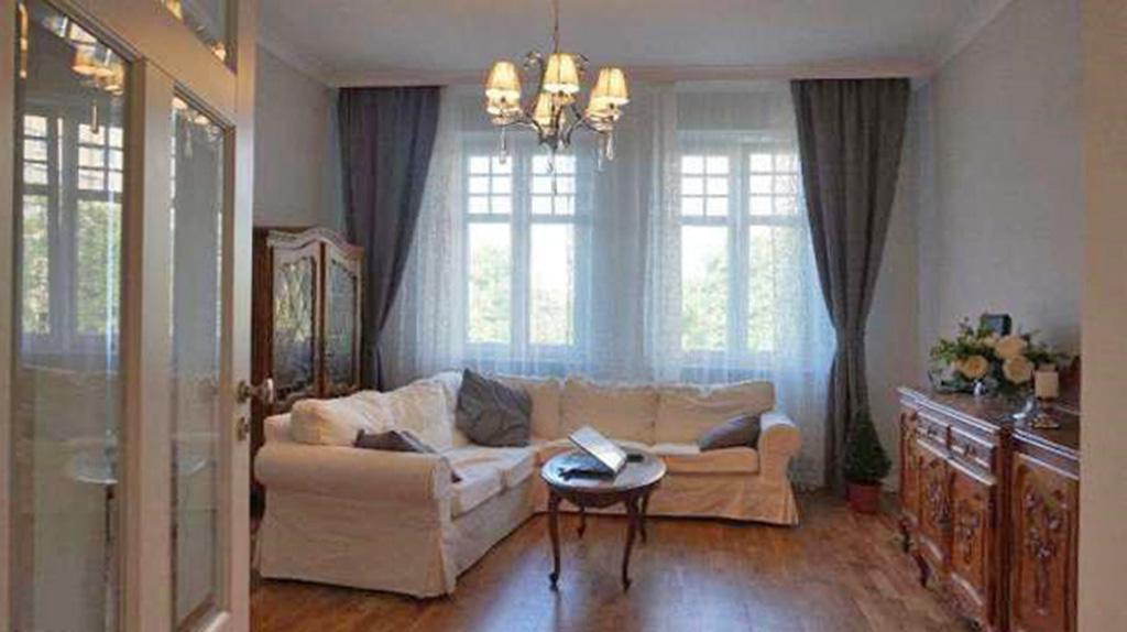 zdjęcie przedstawia salon w luksusowym apartamencie do sprzedaży w centrum Katowic