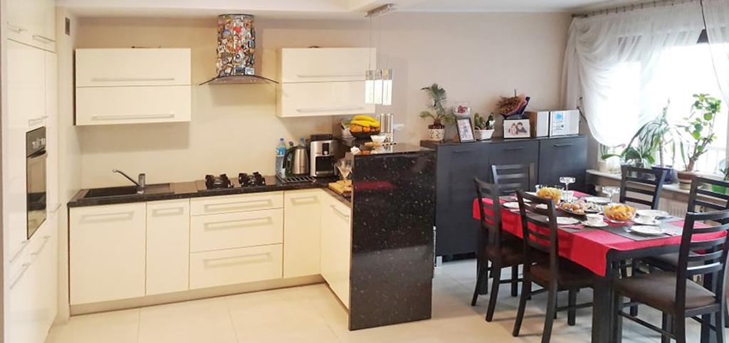 na zdjęciu ekskluzywny apartament w Piekarach Śląskich do sprzedaży, widok na salon