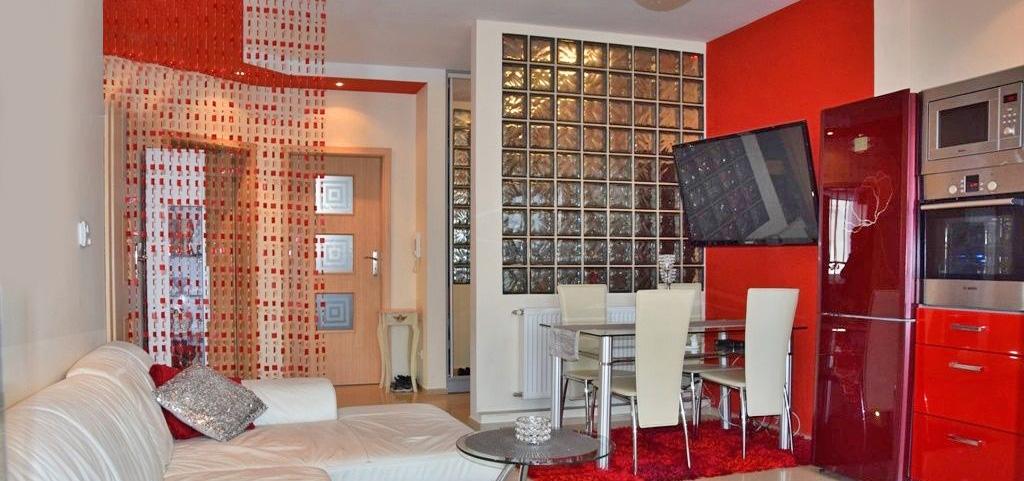 na zdjęciu luksusowy apartament w Bolesławcu, widok na salon