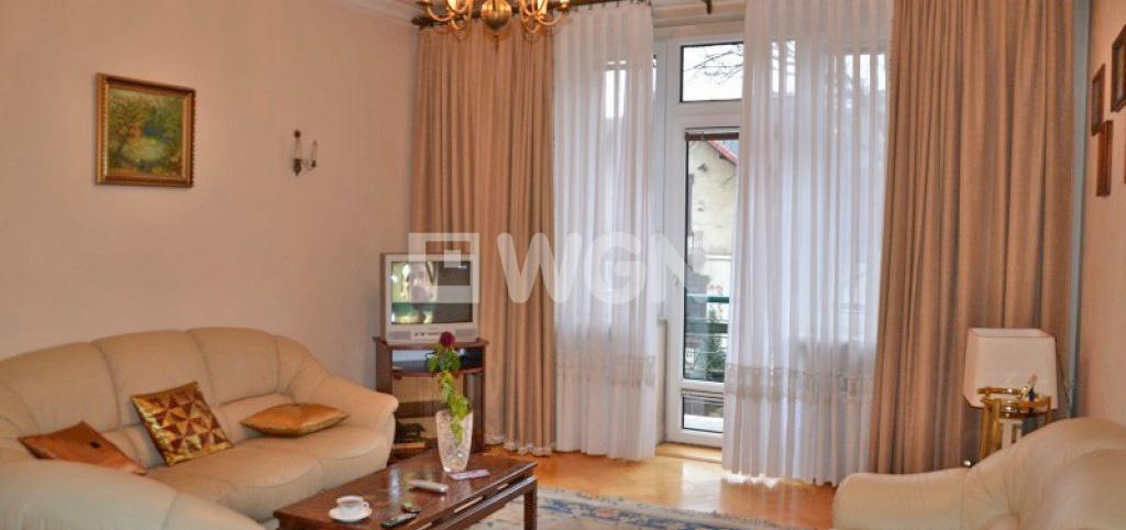 zdjęcie przedstawia salon w luksusowym apartamencie do sprzedaży w Krakowie