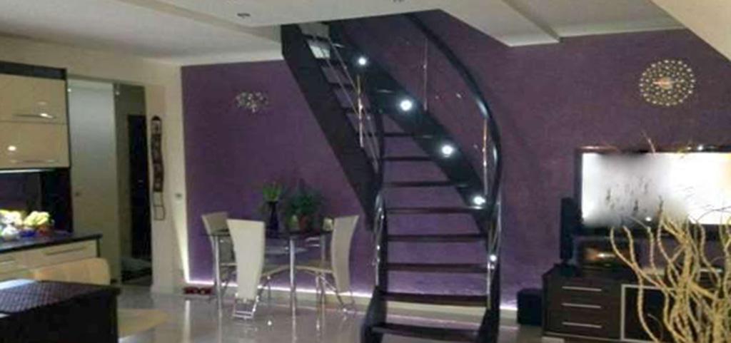na zdjęciu salon i wejście na drugi poziom w apartamencie do sprzedaży w Olsztynie