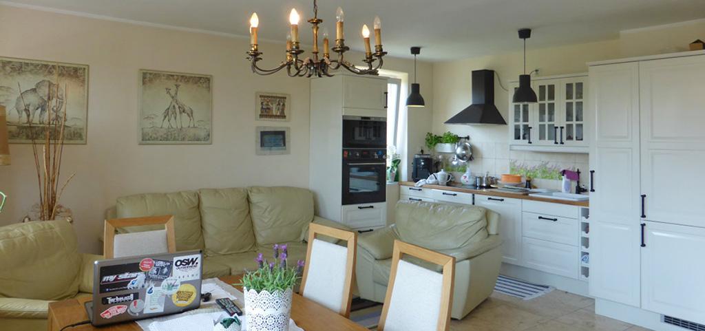 na zdjęciu salon i aneks kuchenny w apartamencie do sprzedaż w Kwidzynie