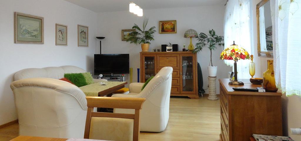 zdjęcie przedstawia salon w apartamencie do sprzedaży w okolicy Brodnicy