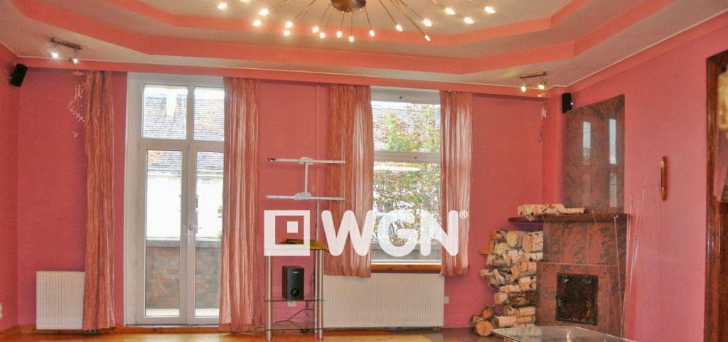 na zdjęciu salon z kominkiem znajdujący się w luksusowym apartamencie na sprzedaż w Legnicy