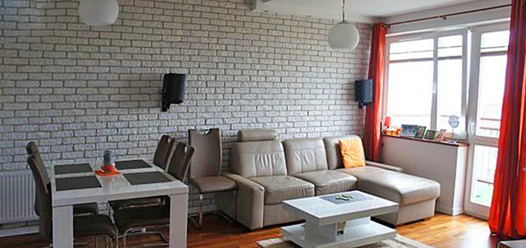 na zdjęciu luksusowy salon w apartamencie na sprzedaż w Szczecinie