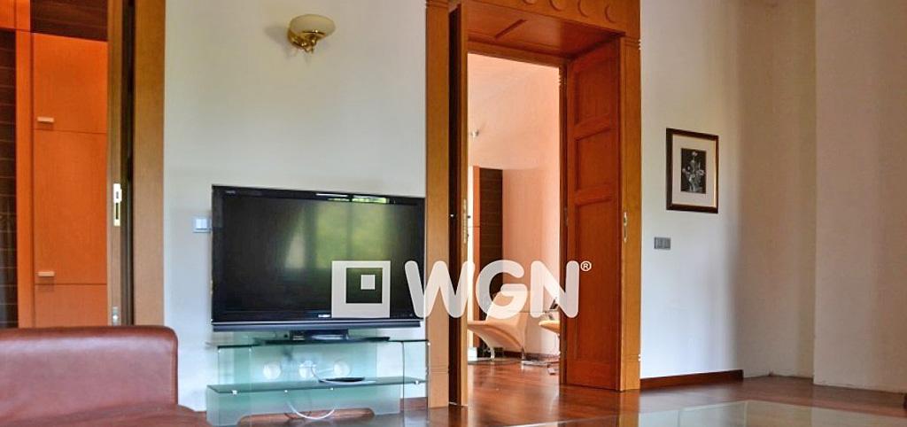 zdjęcie przedstawia luksusowy salon w apartamencie do wynajmu w Krakowie