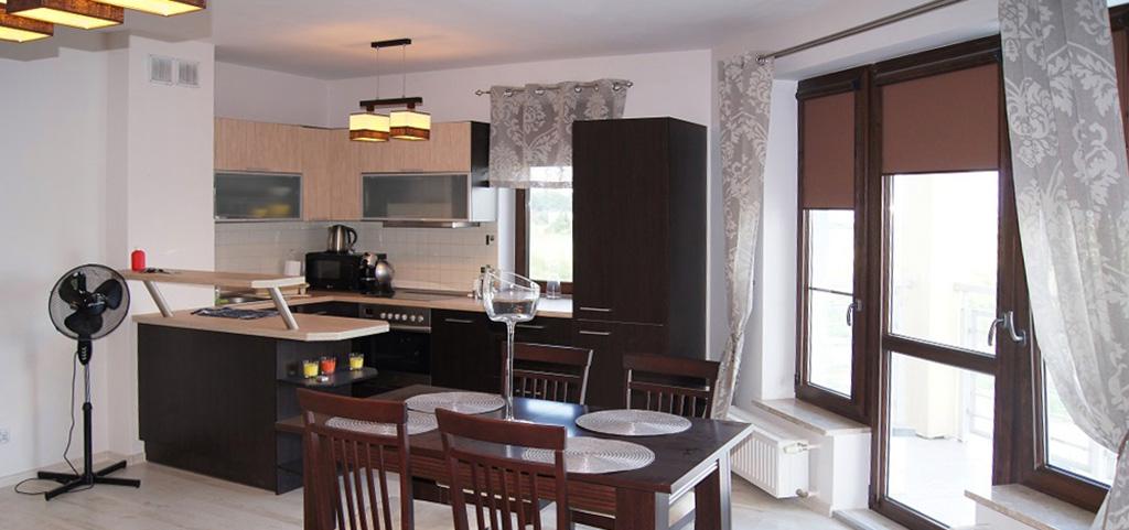 widok z salonu na jadalnię i aneks kuchenny w apartamencie do sprzedaży w Inowrocławiu