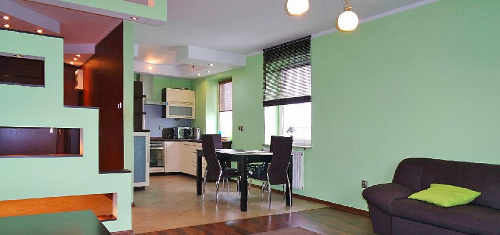 na zdjęciu salon oraz aneks kuchenny w apartamencie do wynajmu w Katowicach