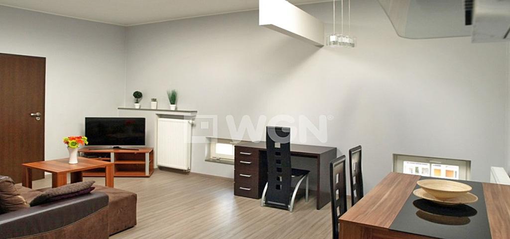 na zdjęciu widok z salonu na akeks kuchenny w apartamencie do sprzedaży w Szczecinie
