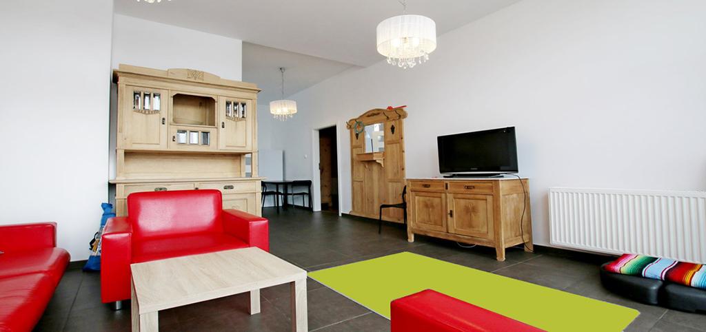 zdjęcie przedstawia salon w apartamencie do sprzedaży nad morzem
