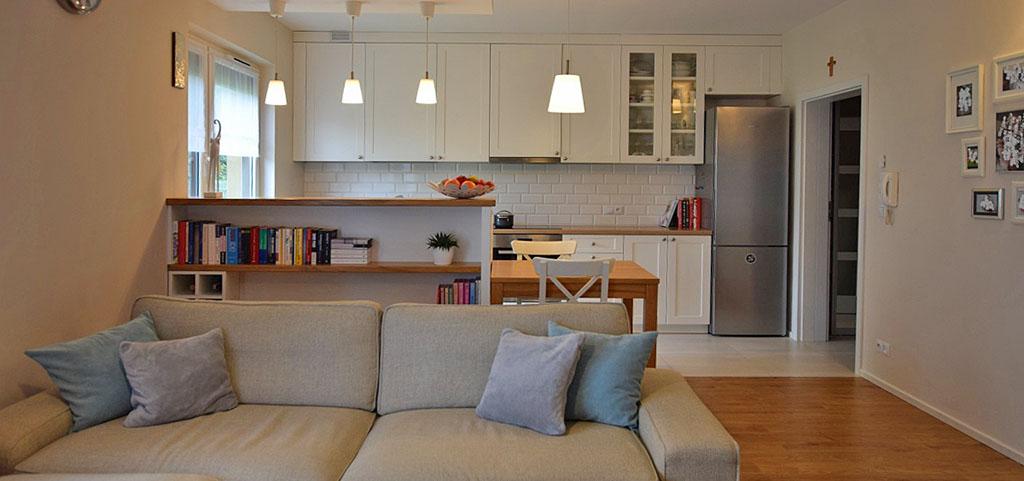 widok z salonu na aneks kuchenny w apartamencie do sprzedaży w Białymstoku
