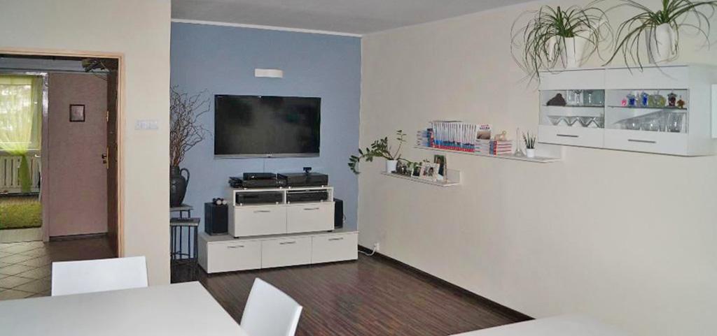 na zdjęciu salon w apartamencie na sprzedaż w Częstochowie
