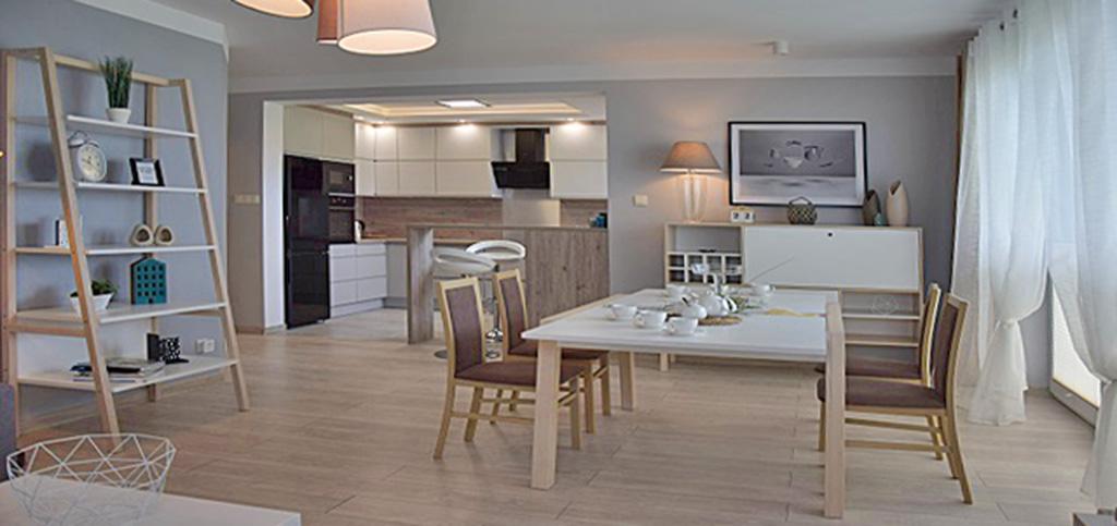 zdjęcie przedstawia wnętrze luksusowego salonu w apartamencie, w Słupsku na wynajem