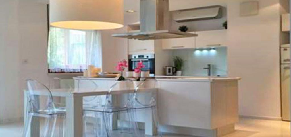 zdjęcie przedstawia aneks kuchenny w ekskluzywnym apartamencie do sprzedaży w Warszawie