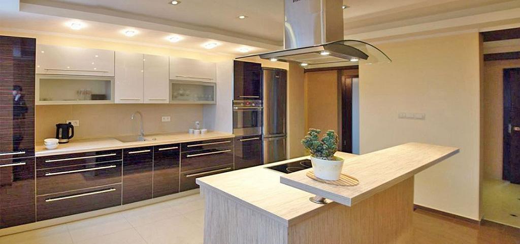 widok na luksusową kuchnię w apartamencie na wynajem w Legnicy