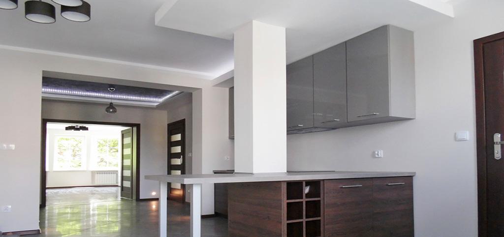 zdjęcie przedstawia aneks kuchenny w apartamencie do sprzedaży na Mazurach