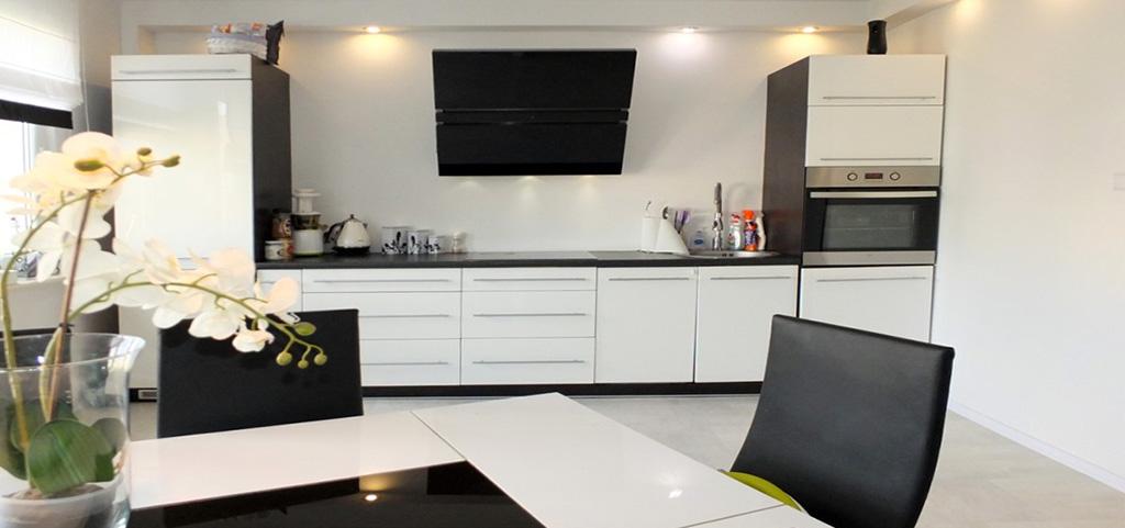 zdjęcie przedstawia nowocześnie urządzony aneks kuchenny znajdujący się w apartamencie na sprzedaż w Jaworznie