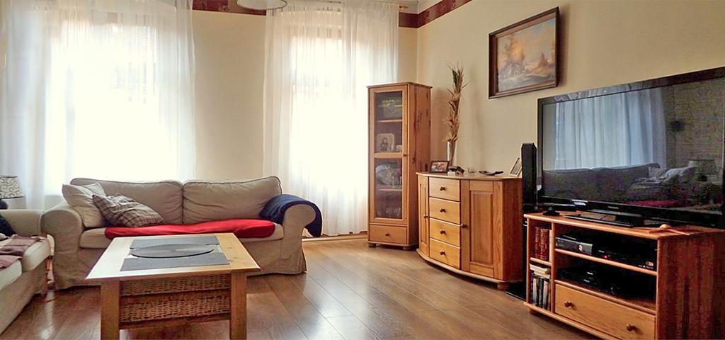 zdjęcie przedstawia wnętrze salonu w luksusowym apartamencie do sprzedaży w Legnicy
