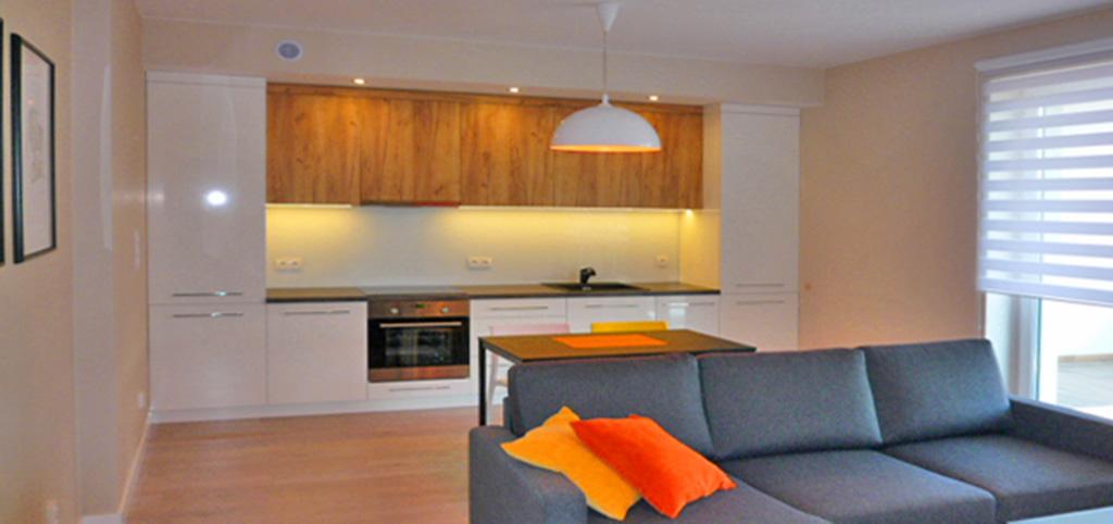 na zdjęciu widok z salonu na aneks kuchenny w apartamencie do wynajęcia w Ostrowie Wielokopolskim