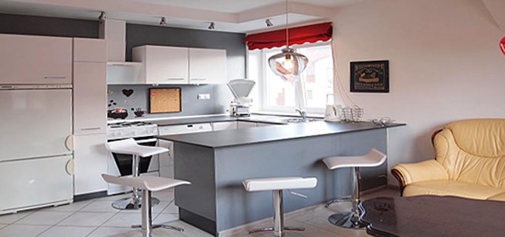 zdjęcie przedstawia widok z salonu na aneks kuchenny w apartamencie do sprzedaży w Szczecinie
