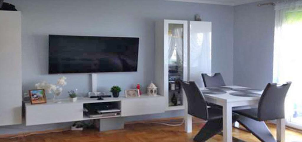 zdjęcie przedstawia fragment salonu ze sprzętem RTV w apartamencie do sprzedaży w Szczecinie