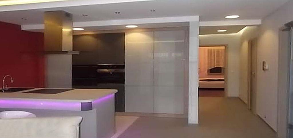 na zdjęciu luksusowy aneks kuchenny w apartamencie do wynajęciu w Toruniu