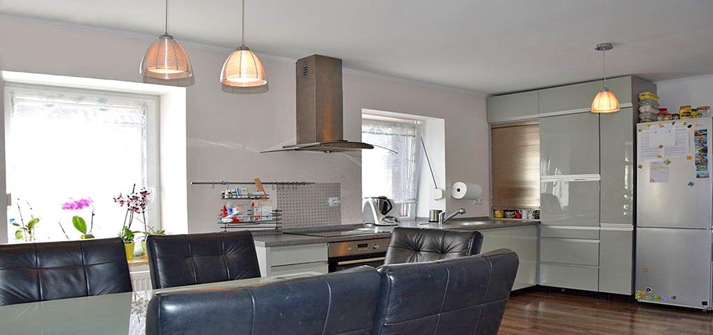 zdjęcie przedstawia aneks kuchenny w ekskluzywnym apartamencie do sprzedaży w okolicach Bolesławca
