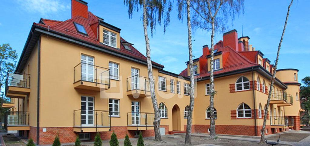 zdjęcie przedstawia widok z ulicy na apartamentowiec w Świnoujściu, w którym znajduje się oferowany apartament na sprzedaż
