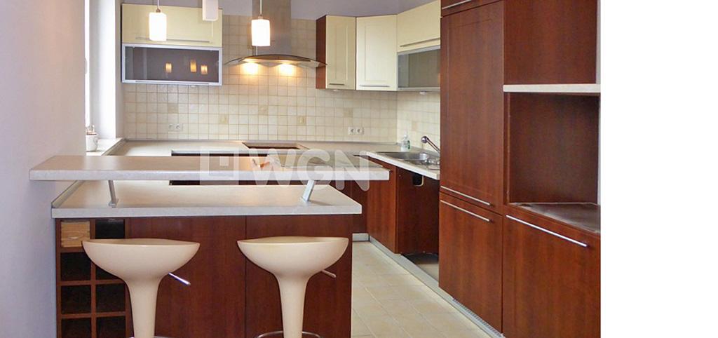 zdjęcie przedstawia widok z salonu na aneks kuchenny w apartamencie do wynajęcia w Piotrkowie Trybunalskim