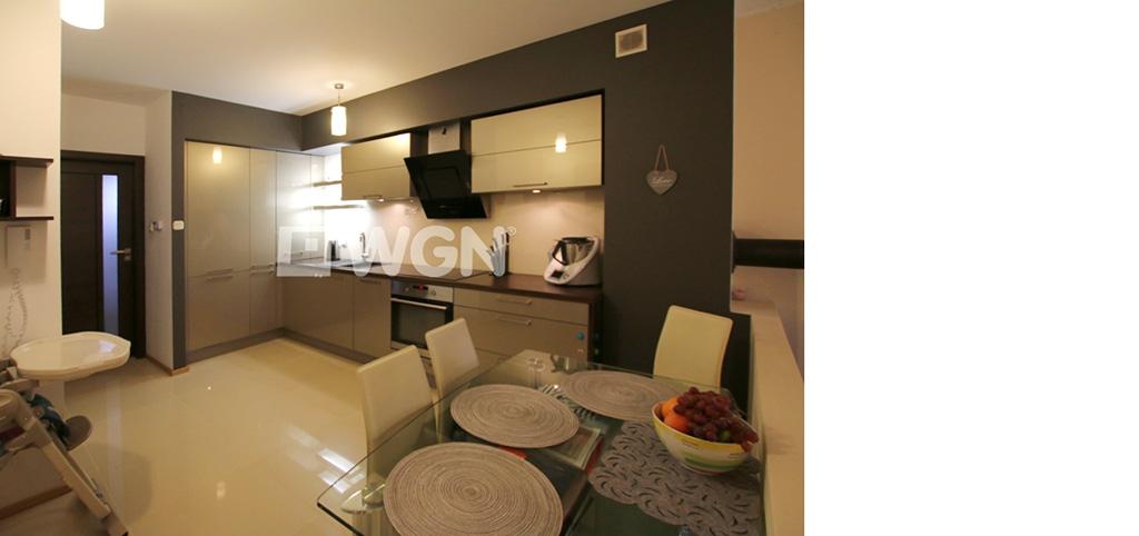 zdjęcie prezentuje jadalnię oraz kuchnię w apartamencie do sprzedaży w Szczecinie