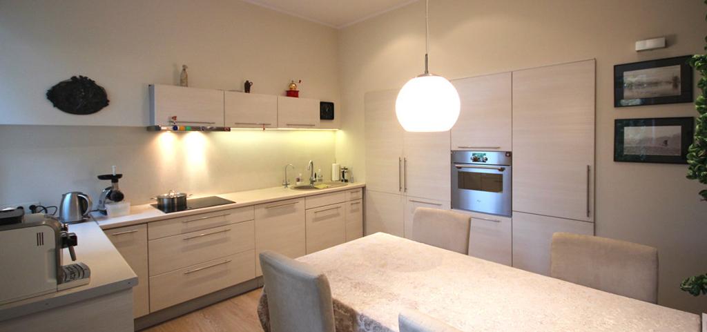na zdjęciu widok z salonu na aneks kuchenny i jadalnię w apartamencie w Szczecinie do wynajęcia