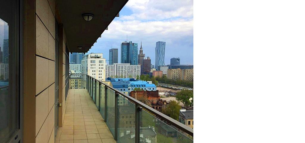 widok z tarasu na panoramę miasta w apartamencie na sprzedaż w Warszawie