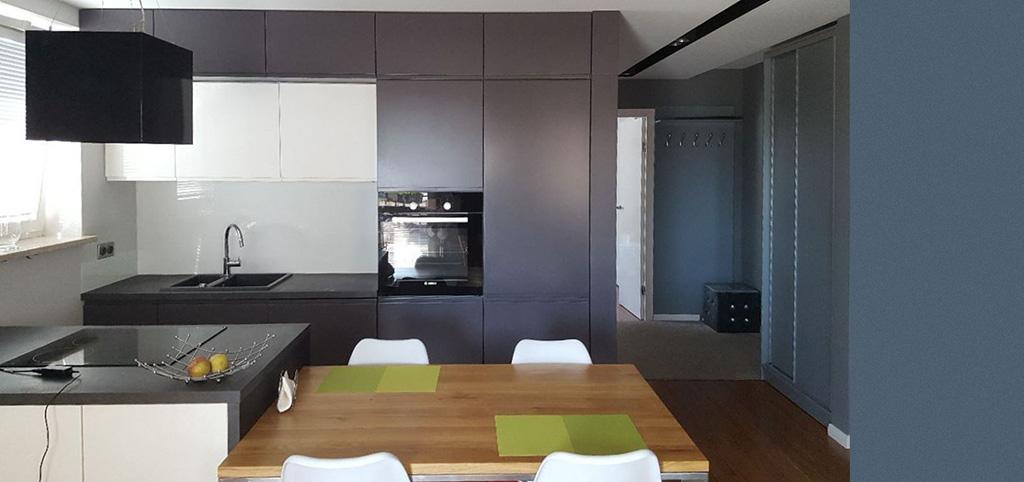 zdjęcie przedstawia aneks kuchenny w apartamencie do sprzedaży w Warszawie