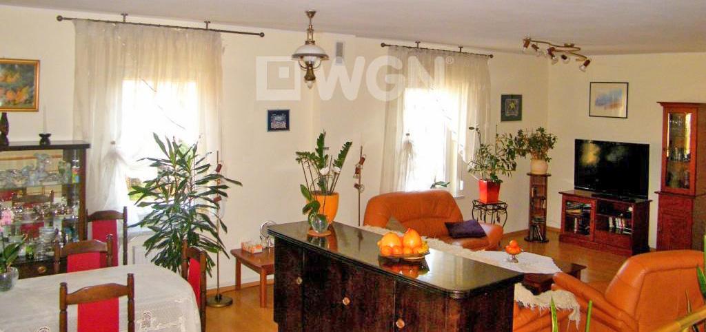 na zdjęciu luksusowy salon w apartamencie do sprzedaży w Głogowie