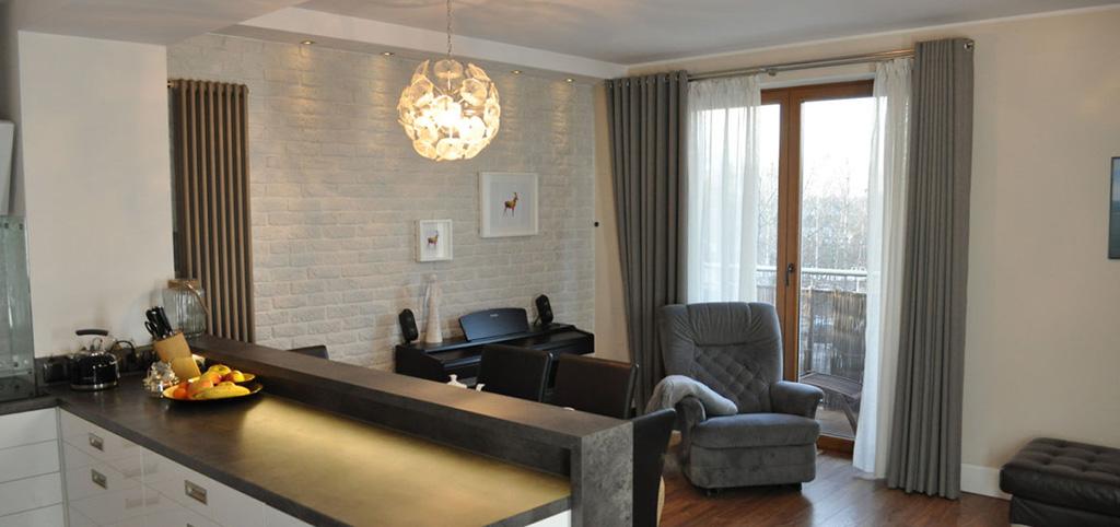 na zdjęciu widok z aneksu kuchennego na salon w apartamencie do sprzedaży w Jaworznie