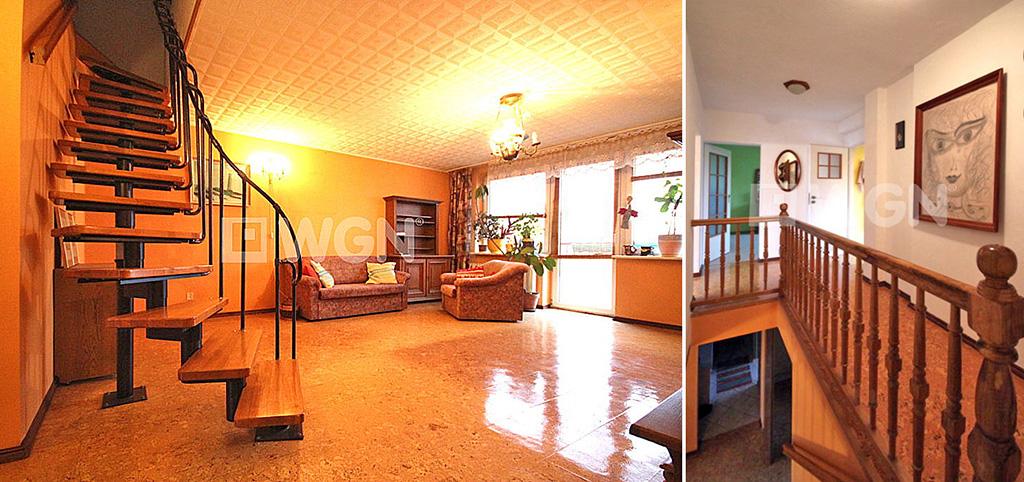 na zdjęciu salon i schody na górny poziom w apartamencie do sprzedaży w Szczecinie