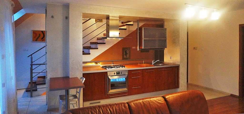 na zdjęciu widok z salonu na aneks kuchenny w luksusowym apartamencie do sprzedaży we Wrocławiu