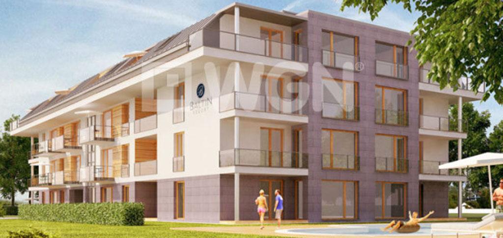widok z ulicy na apartamentowiec nad morzem, w którym zlokalizowany jest oferowany apartament do sprzedaży