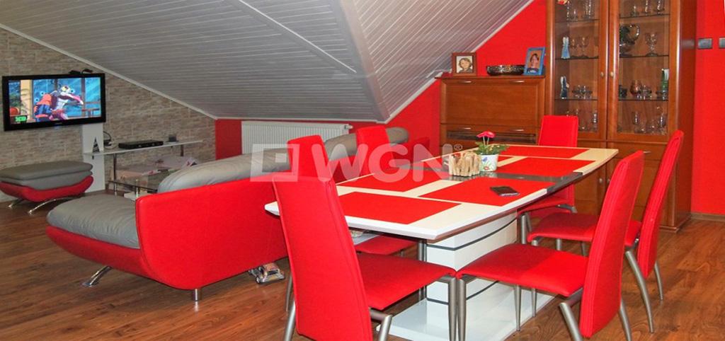 zdjęcie prezentuje salon w luksusowym apartamencie do sprzedaży w Ustroniu