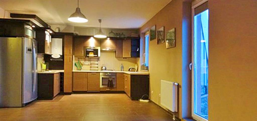 widok z salonu na aneks kuchenny w apartamencie do wynajęcia w okolicach Wrocławia